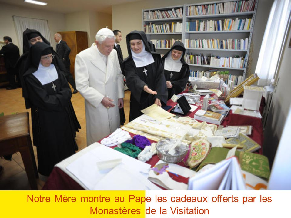 Notre Mère montre au Pape les cadeaux offerts par les Monastères de la Visitation