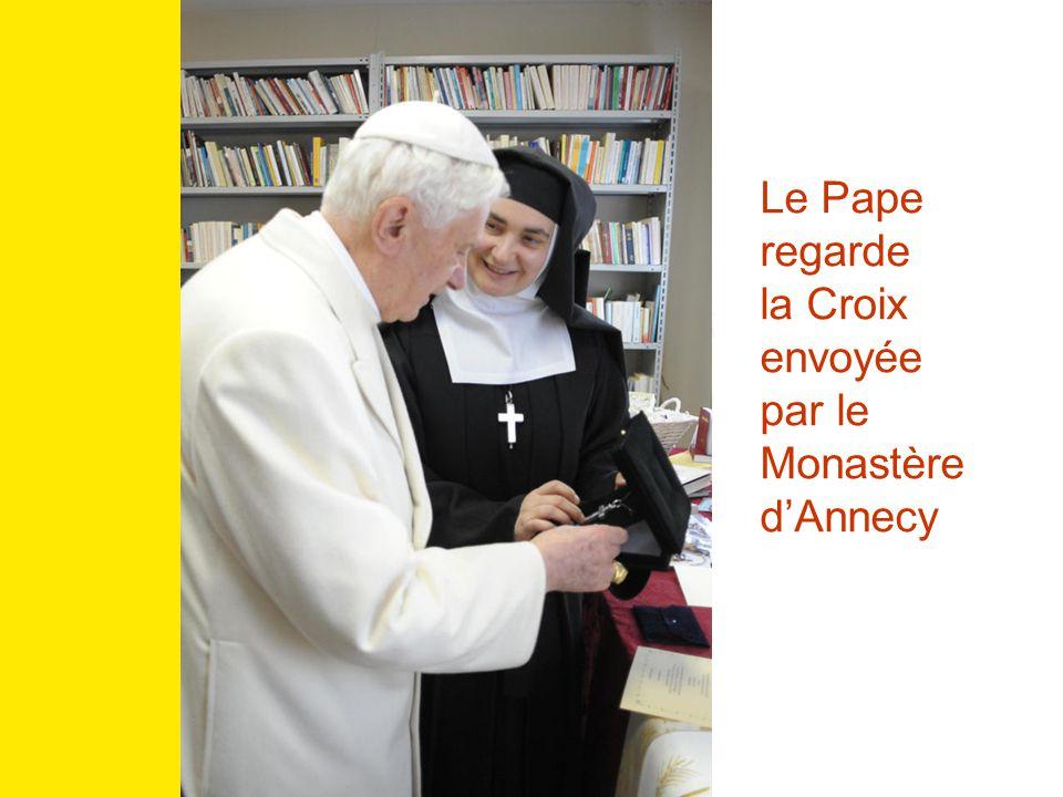 Le Pape regarde la Croix envoyée par le Monastère d'Annecy
