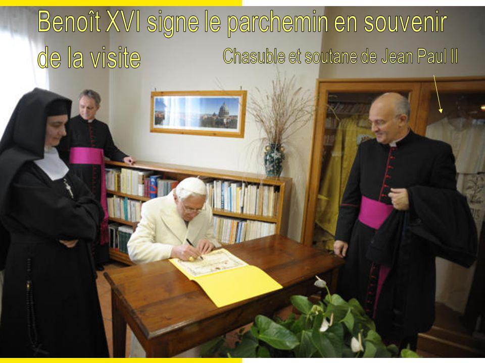 Benoît XVI signe le parchemin en souvenir