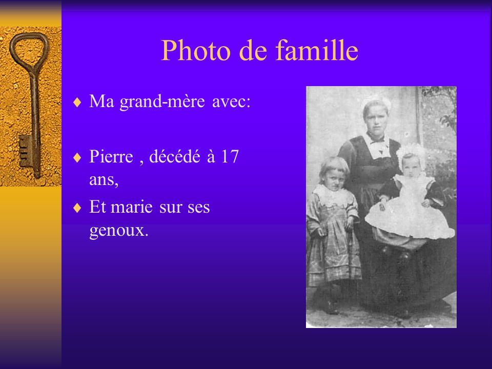 Photo de famille Ma grand-mère avec: Pierre , décédé à 17 ans,