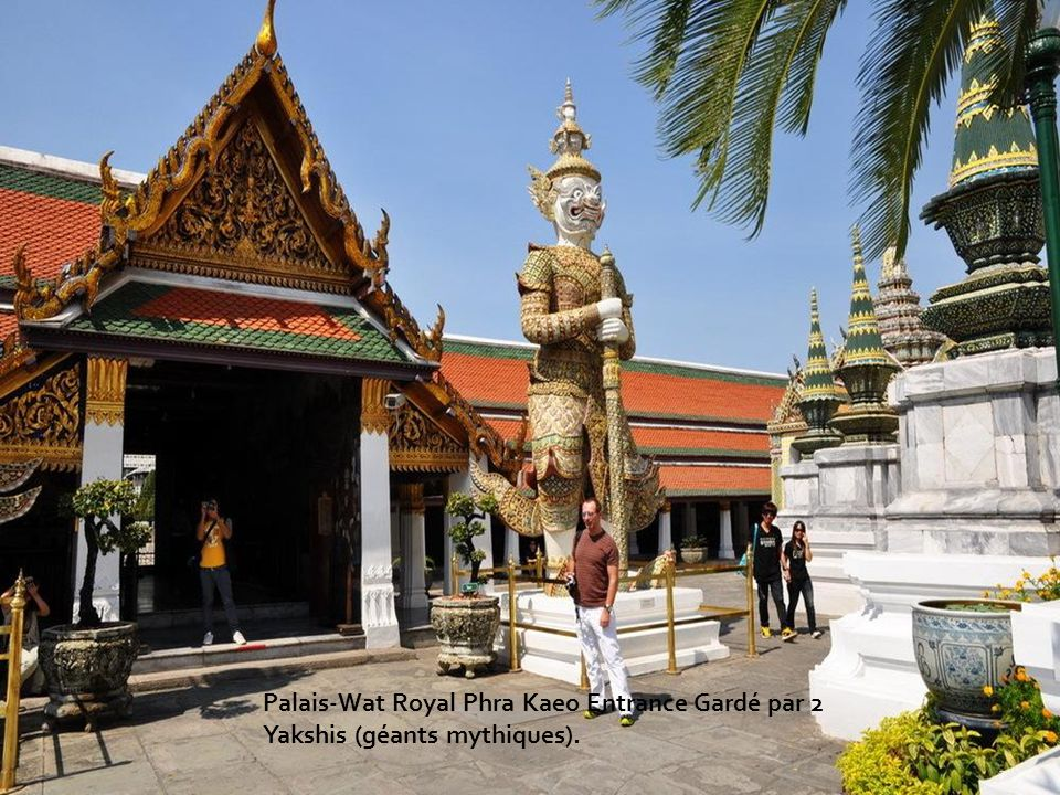Palais-Wat Royal Phra Kaeo Entrance Gardé par 2 Yakshis (géants mythiques).