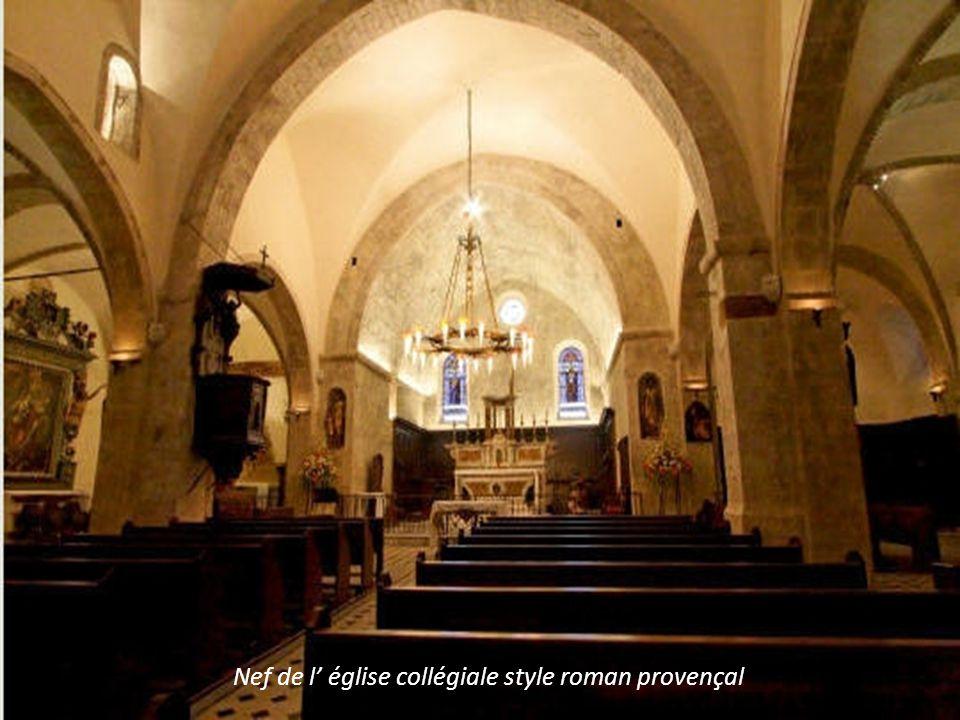 Nef de l' église collégiale style roman provençal