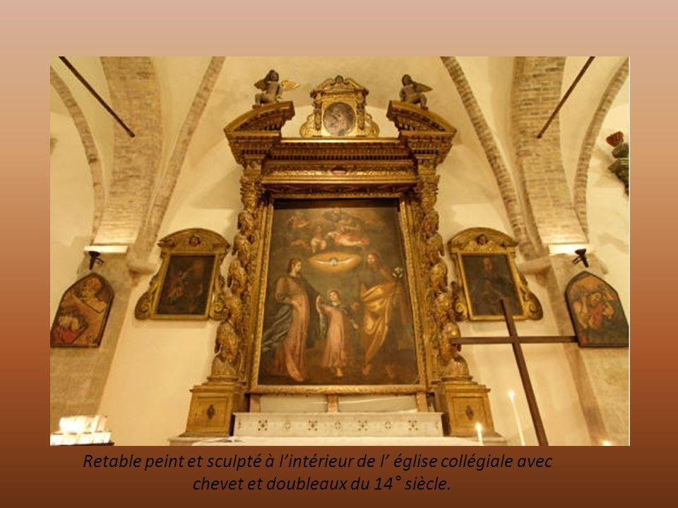 Retable peint et sculpté à l'intérieur de l' église collégiale avec