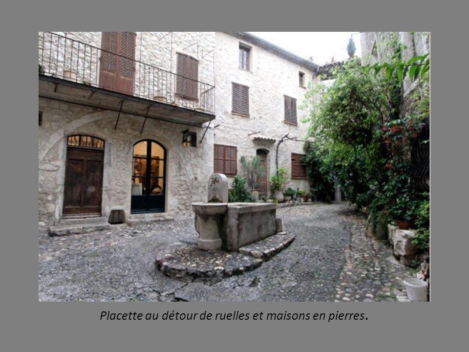 Placette au détour de ruelles et maisons en pierres.