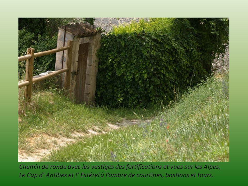 Chemin de ronde avec les vestiges des fortifications et vues sur les Alpes,