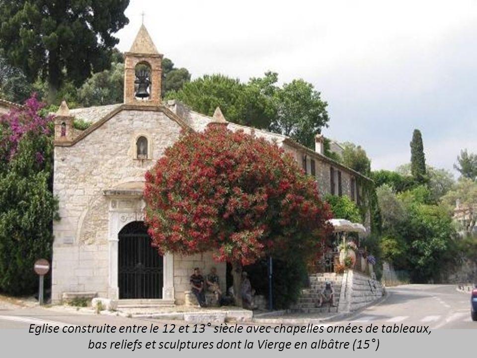 Eglise construite entre le 12 et 13° siècle avec chapelles ornées de tableaux,