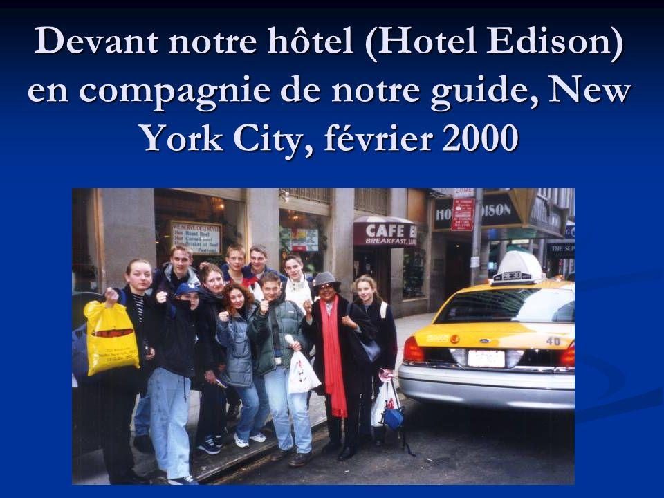 Devant notre hôtel (Hotel Edison) en compagnie de notre guide, New York City, février 2000
