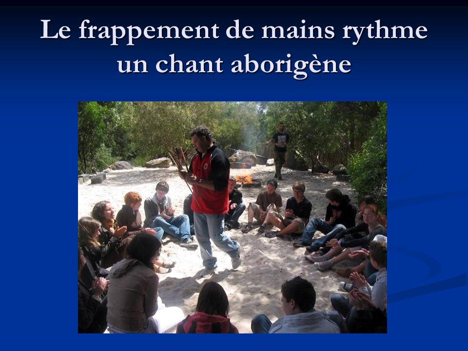 Le frappement de mains rythme un chant aborigène