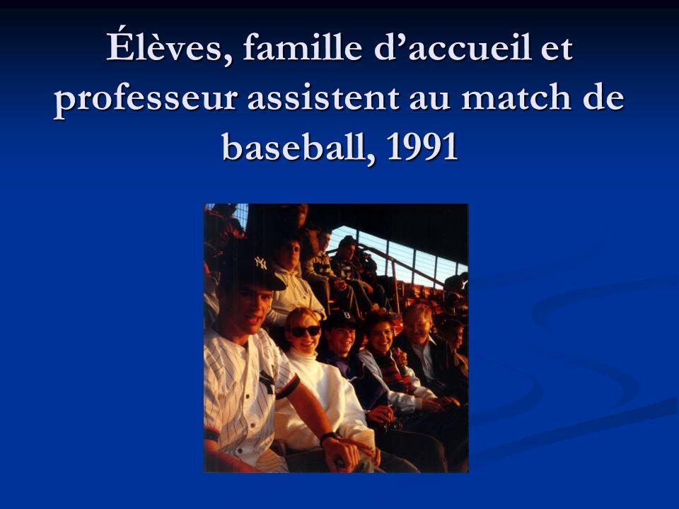 Élèves, famille d'accueil et professeur assistent au match de baseball, 1991