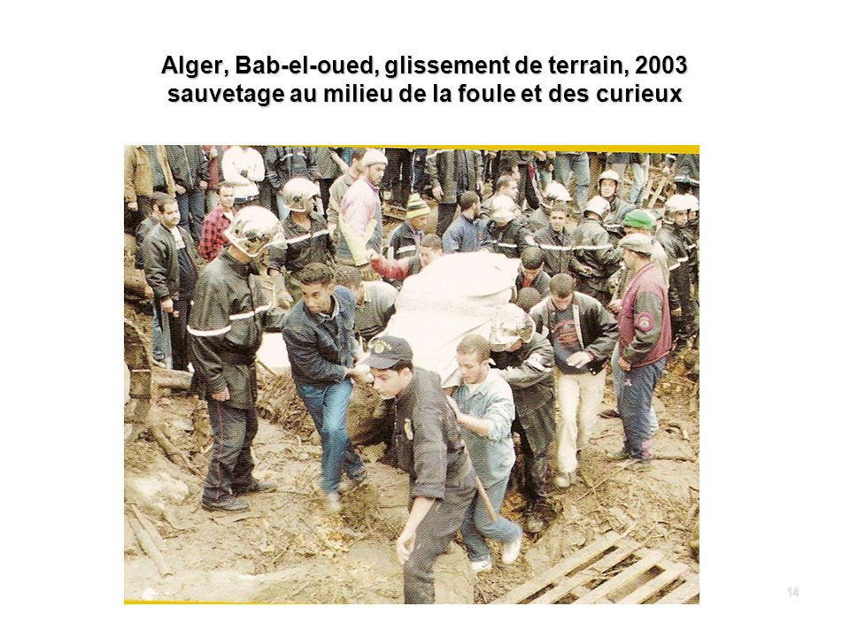 Alger, Bab-el-oued, glissement de terrain, 2003 sauvetage au milieu de la foule et des curieux