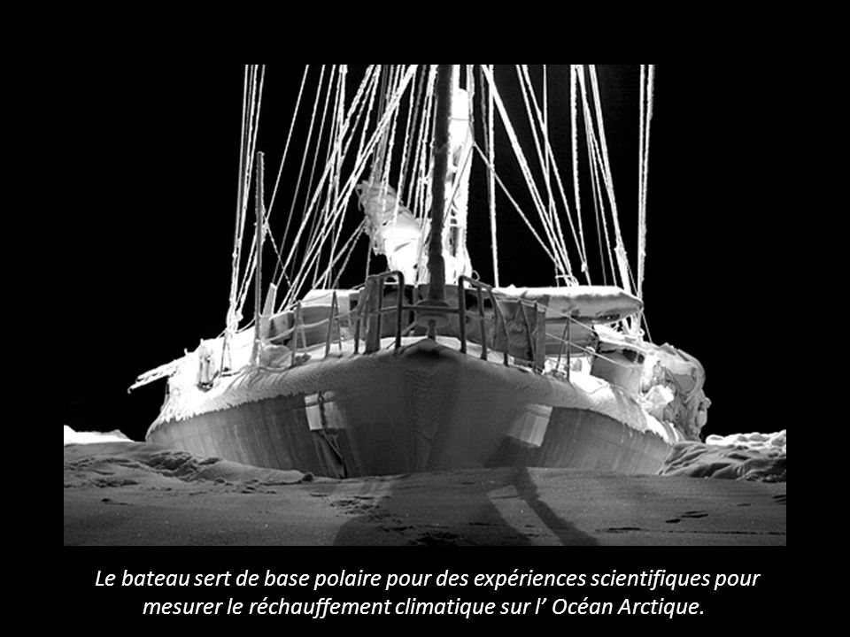 Le bateau sert de base polaire pour des expériences scientifiques pour