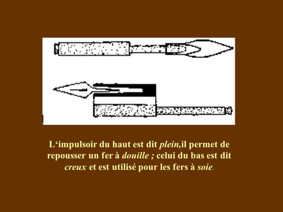 L'impulsoir du haut est dit plein,il permet de repousser un fer à douille ; celui du bas est dit creux et est utilisé pour les fers à soie.