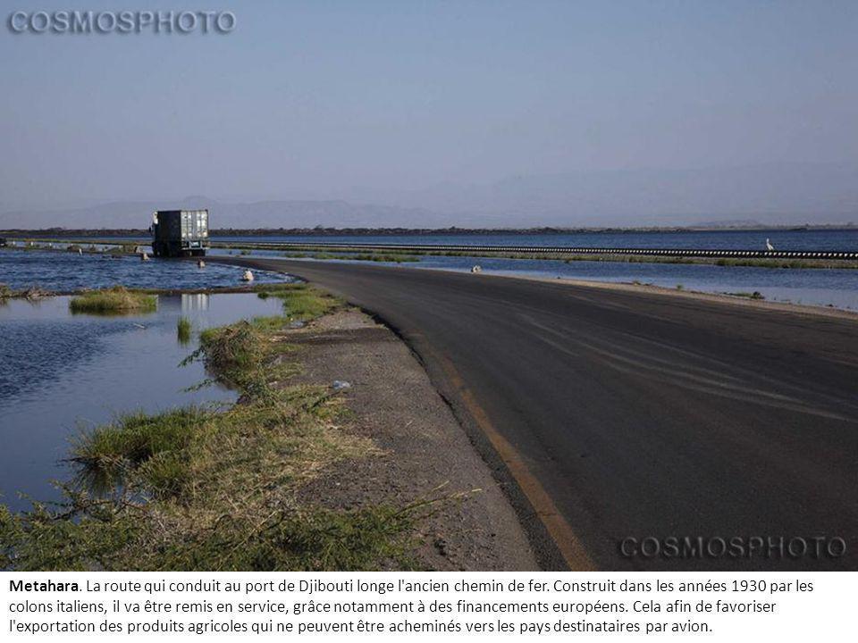 Metahara. La route qui conduit au port de Djibouti longe l ancien chemin de fer.