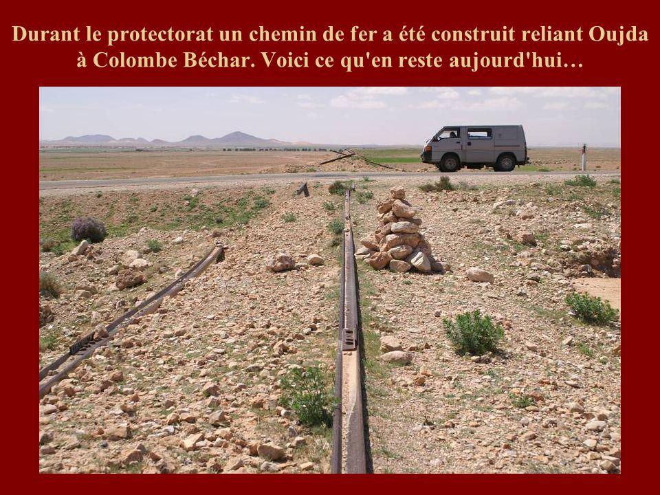 Durant le protectorat un chemin de fer a été construit reliant Oujda à Colombe Béchar.