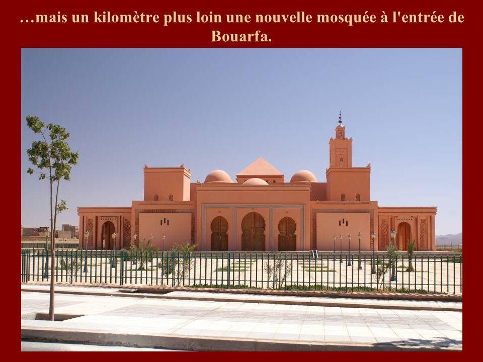 …mais un kilomètre plus loin une nouvelle mosquée à l entrée de Bouarfa.