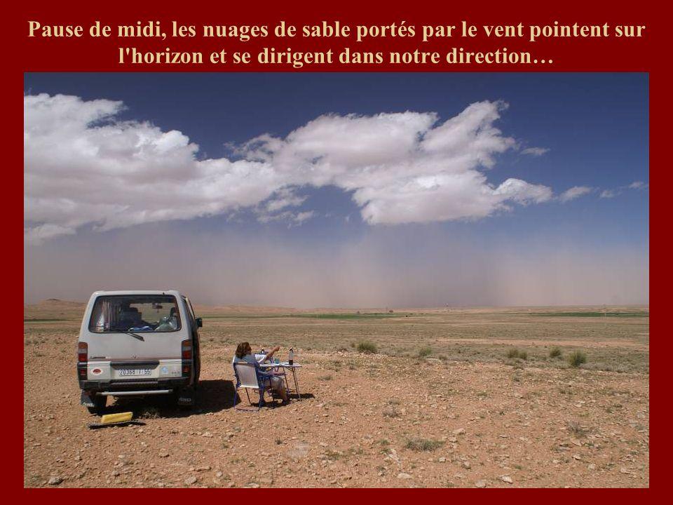 Pause de midi, les nuages de sable portés par le vent pointent sur l horizon et se dirigent dans notre direction…