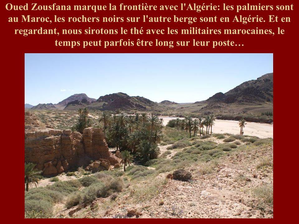 Oued Zousfana marque la frontière avec l Algérie: les palmiers sont au Maroc, les rochers noirs sur l autre berge sont en Algérie.