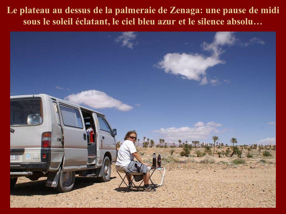 Le plateau au dessus de la palmeraie de Zenaga: une pause de midi sous le soleil éclatant, le ciel bleu azur et le silence absolu…