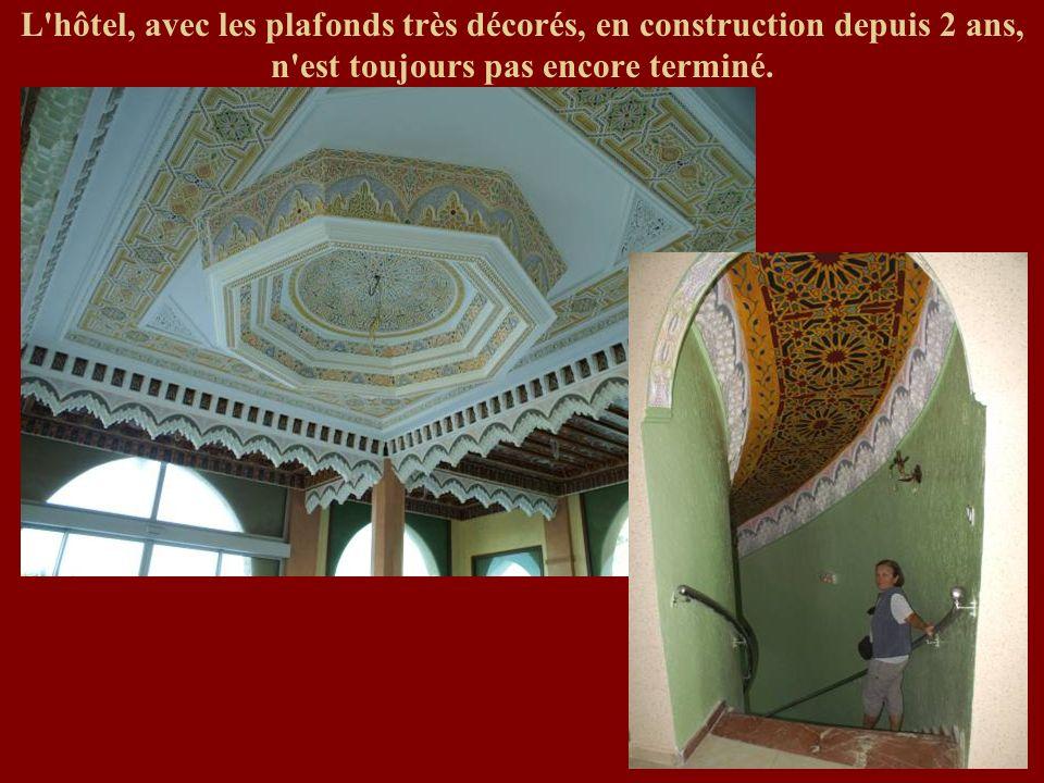 L hôtel, avec les plafonds très décorés, en construction depuis 2 ans, n est toujours pas encore terminé.