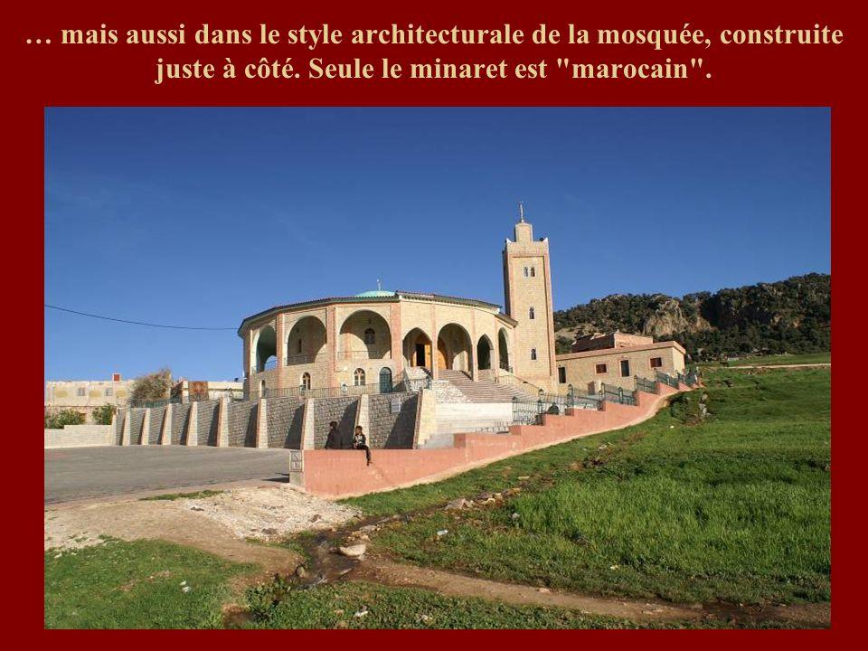 … mais aussi dans le style architecturale de la mosquée, construite juste à côté.