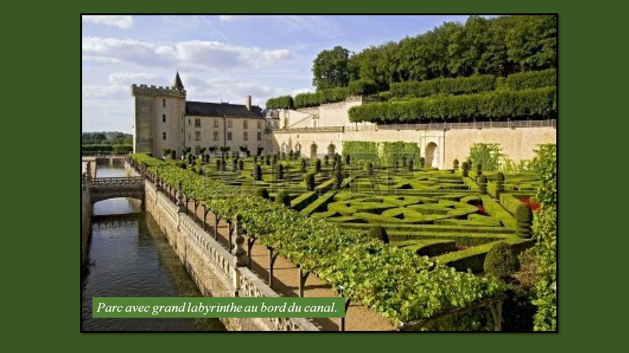 Parc avec grand labyrinthe au bord du canal.