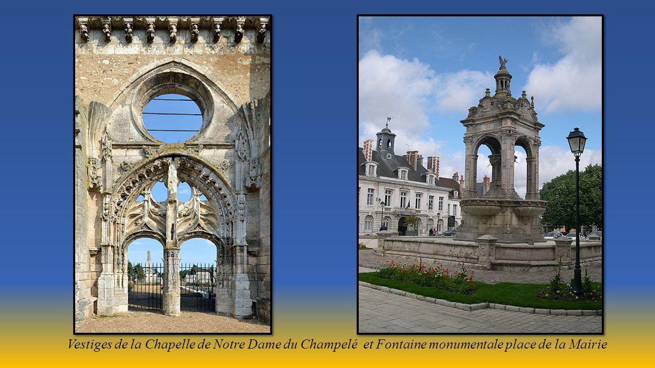 Vestiges de la Chapelle de Notre Dame du Champelé et Fontaine monumentale place de la Mairie