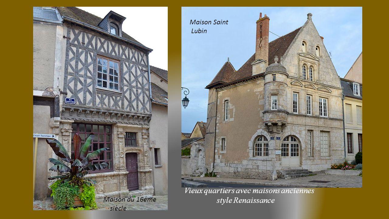 Vieux quartiers avec maisons anciennes style Renaissance