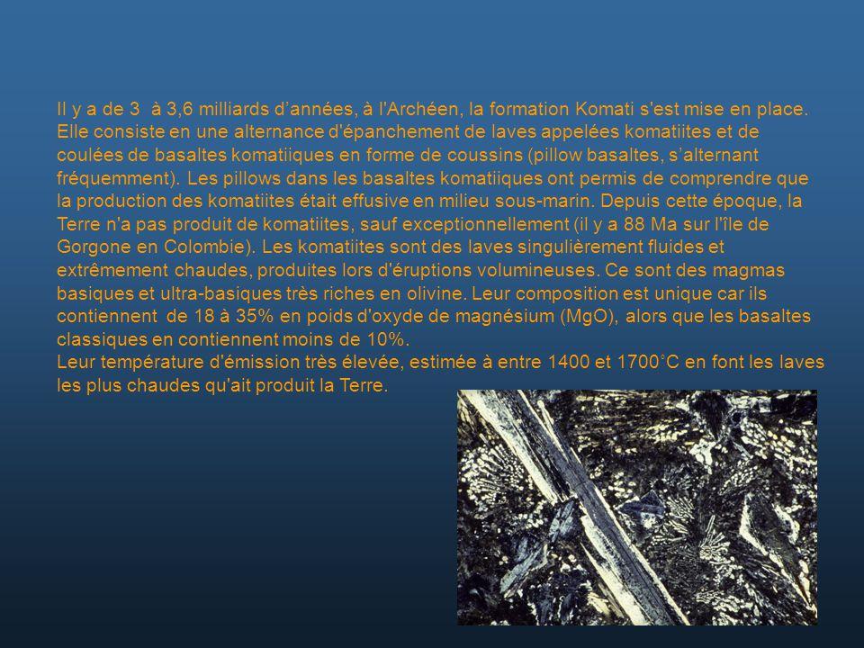 Il y a de 3 à 3,6 milliards d'années, à l Archéen, la formation Komati s est mise en place. Elle consiste en une alternance d épanchement de laves appelées komatiites et de coulées de basaltes komatiiques en forme de coussins (pillow basaltes, s'alternant fréquemment). Les pillows dans les basaltes komatiiques ont permis de comprendre que la production des komatiites était effusive en milieu sous-marin. Depuis cette époque, la Terre n a pas produit de komatiites, sauf exceptionnellement (il y a 88 Ma sur l île de Gorgone en Colombie). Les komatiites sont des laves singulièrement fluides et extrêmement chaudes, produites lors d éruptions volumineuses. Ce sont des magmas basiques et ultra-basiques très riches en olivine. Leur composition est unique car ils contiennent de 18 à 35% en poids d oxyde de magnésium (MgO), alors que les basaltes classiques en contiennent moins de 10%.