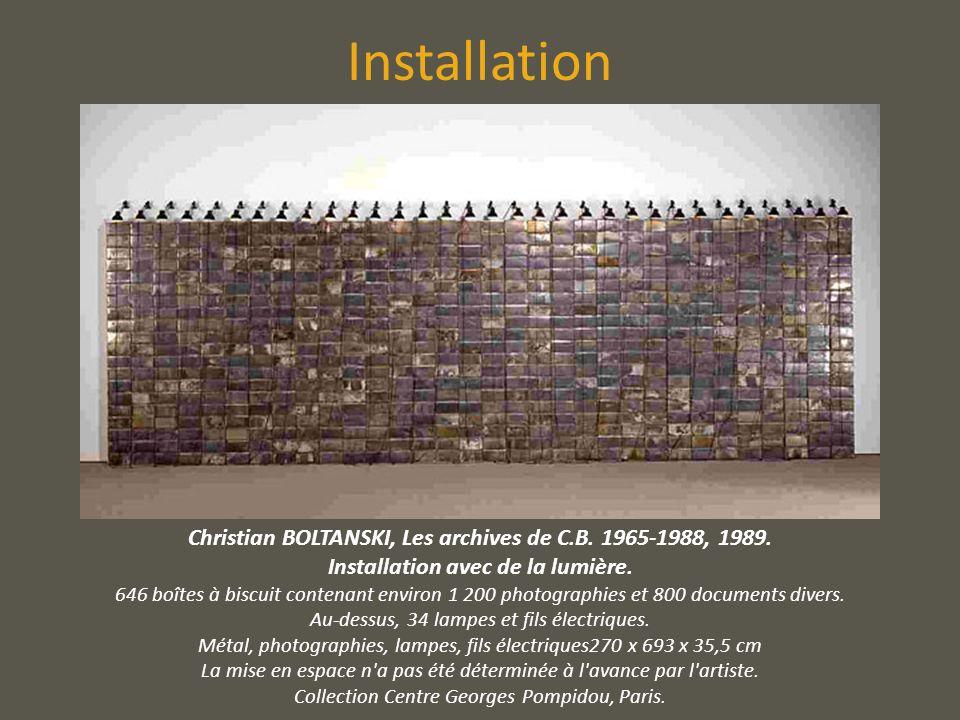 Installation Christian BOLTANSKI, Les archives de C.B. 1965-1988, 1989. Installation avec de la lumière.