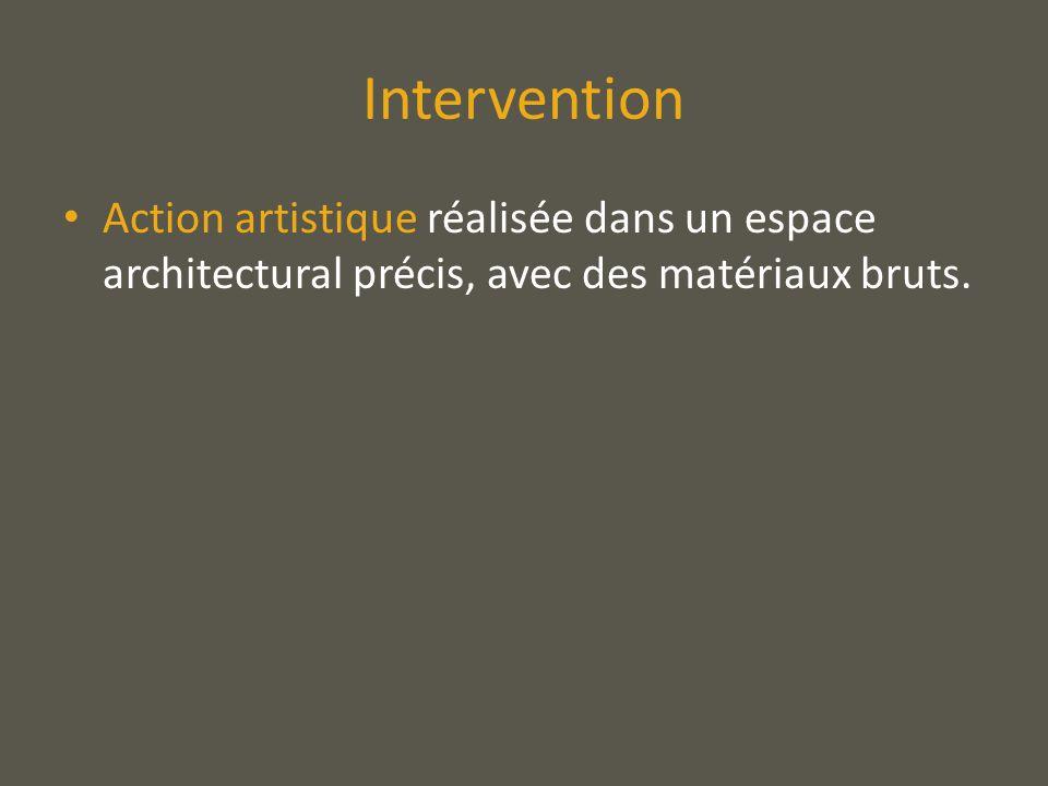 InterventionAction artistique réalisée dans un espace architectural précis, avec des matériaux bruts.