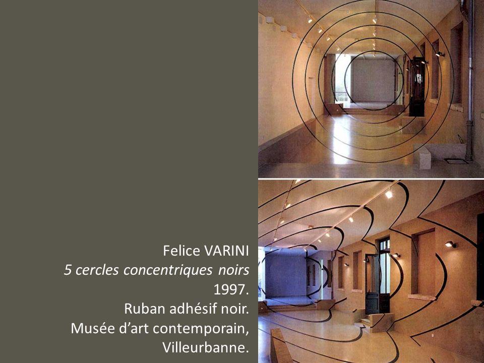 Felice VARINI5 cercles concentriques noirs.1997. Ruban adhésif noir.