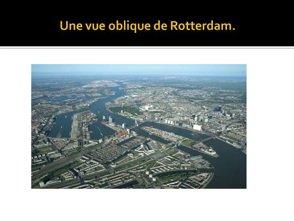 Une vue oblique de Rotterdam.