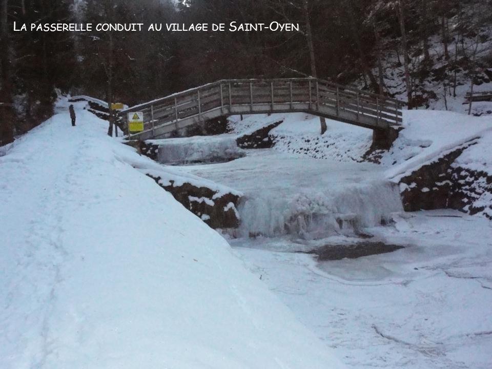 La passerelle conduit au village de Saint-Oyen