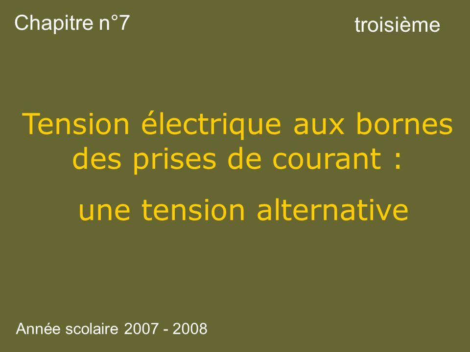 Tension électrique aux bornes des prises de courant :