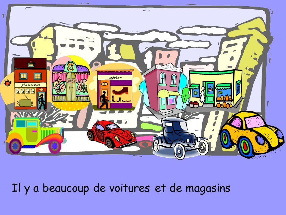 Il y a beaucoup de voitures et de magasins
