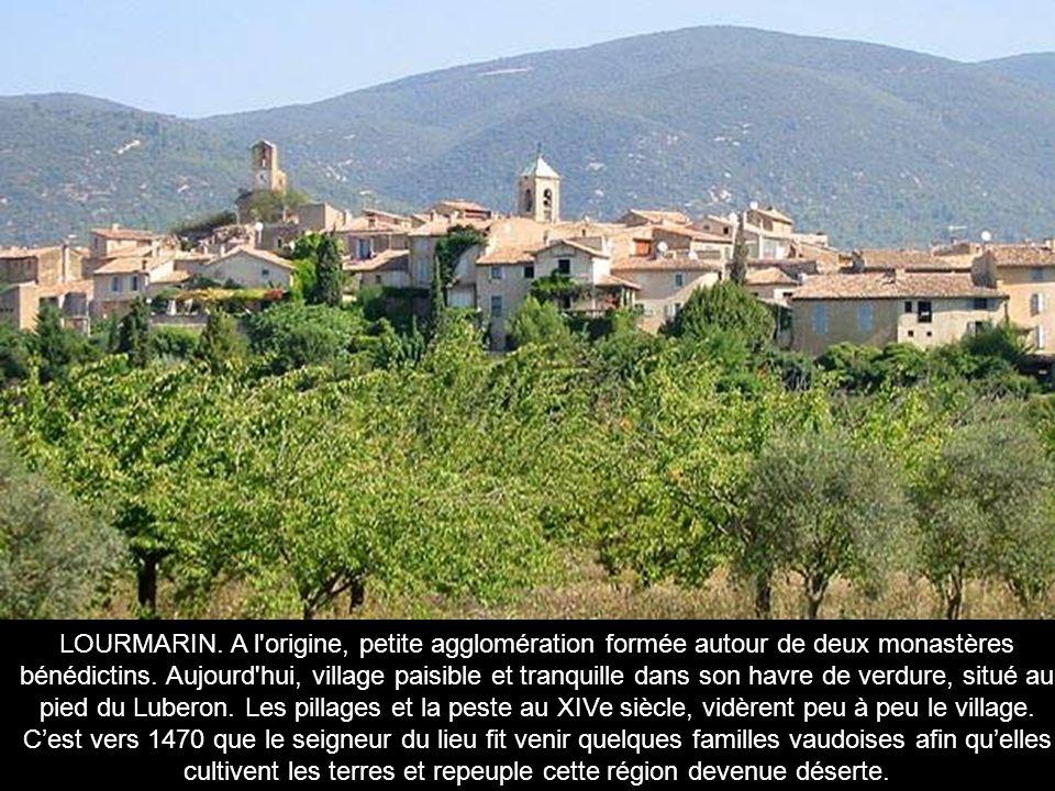 LOURMARIN. A l origine, petite agglomération formée autour de deux monastères bénédictins.