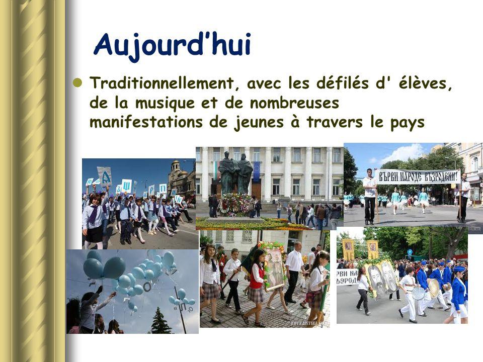 Aujourd'hui Traditionnellement, avec les défilés d élèves, de la musique et de nombreuses manifestations de jeunes à travers le pays.