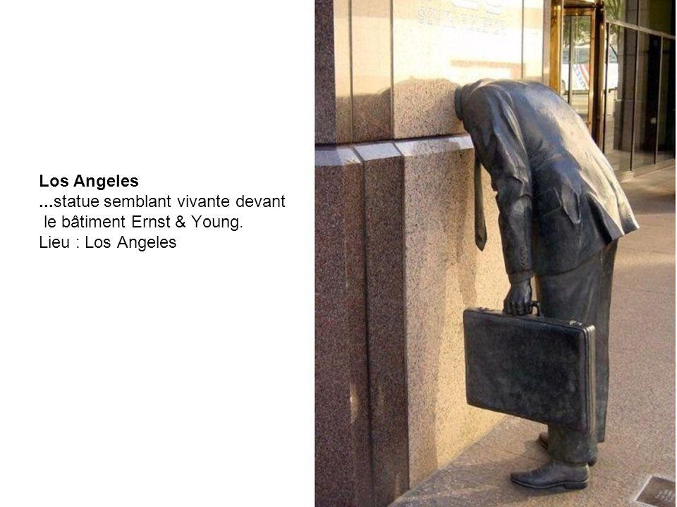 Los Angeles. statue semblant vivante devant le bâtiment Ernst & Young