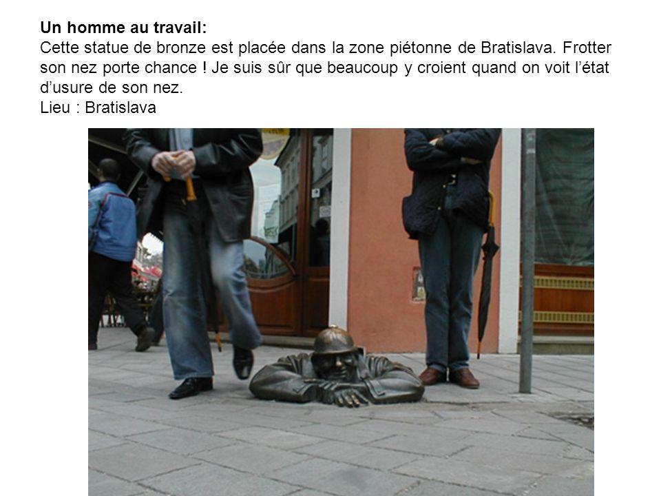 Un homme au travail: Cette statue de bronze est placée dans la zone piétonne de Bratislava.