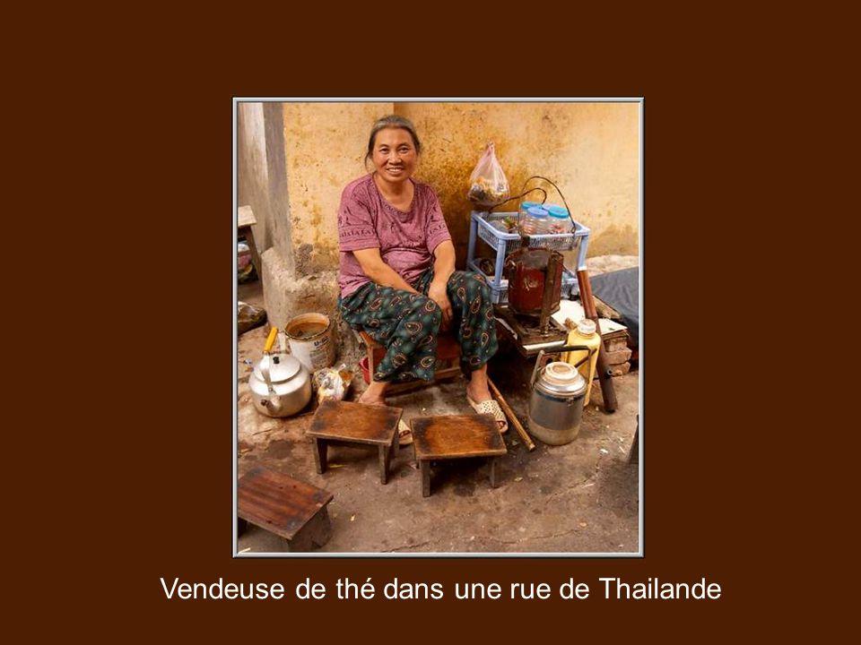 Vendeuse de thé dans une rue de Thailande