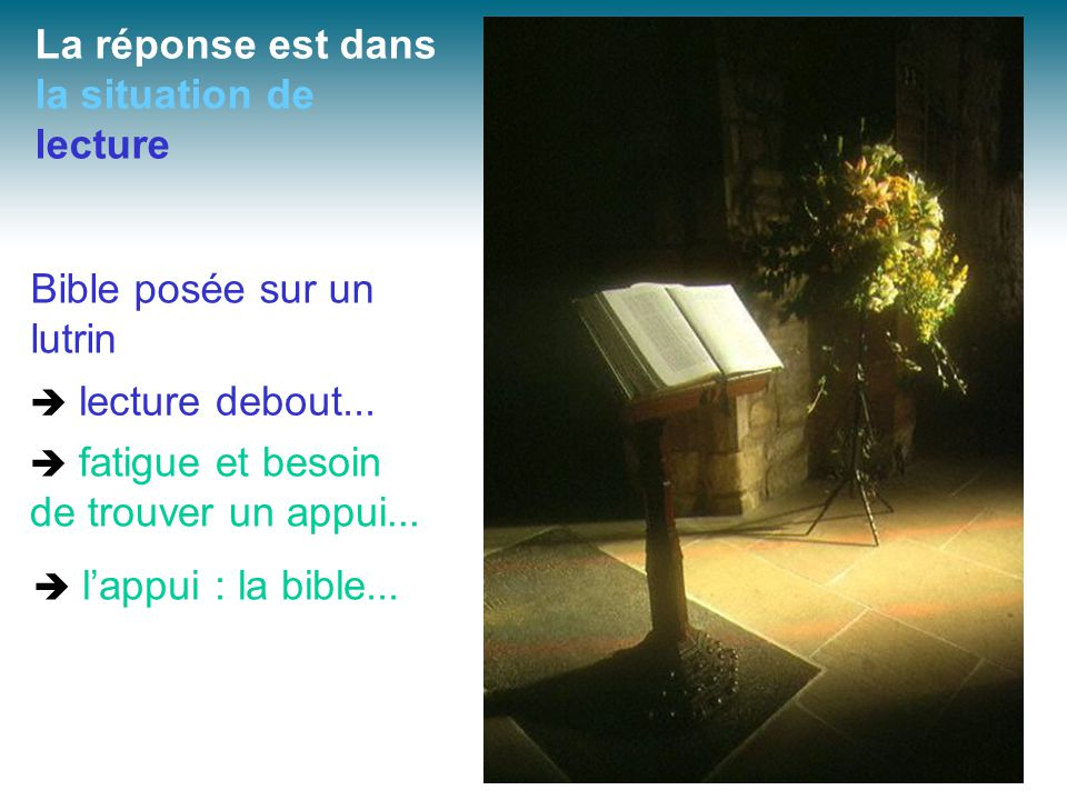 Bible posée sur un lutrin La réponse est dans la situation de lecture