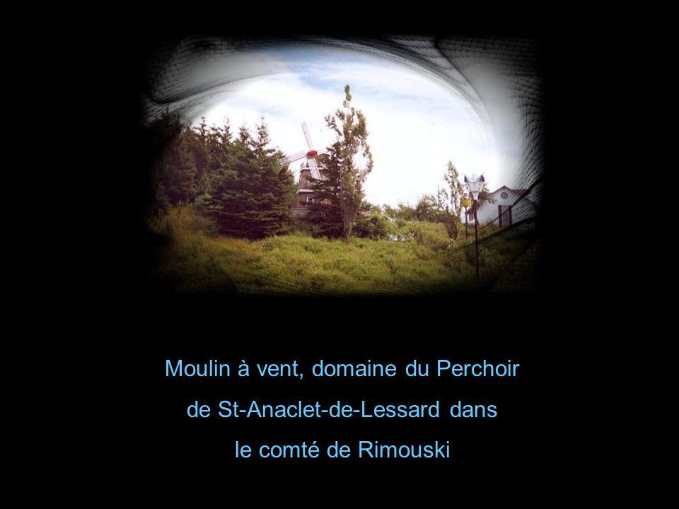 Moulin à vent, domaine du Perchoir de St-Anaclet-de-Lessard dans