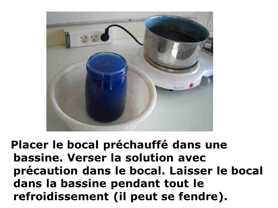 Placer le bocal préchauffé dans une bassine