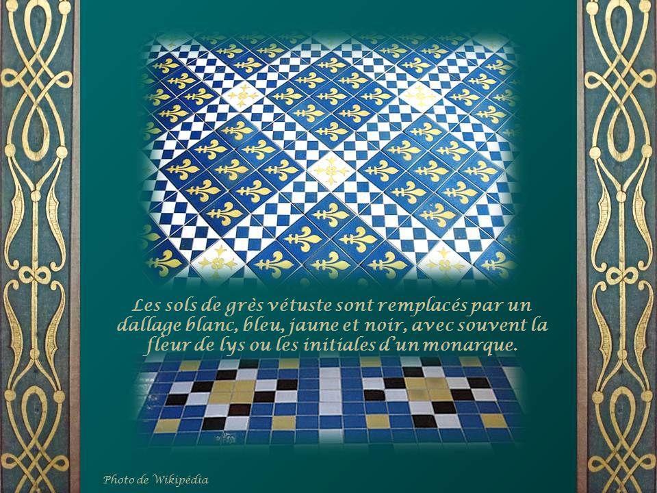 Les sols de grès vétuste sont remplacés par un dallage blanc, bleu, jaune et noir, avec souvent la fleur de lys ou les initiales d'un monarque.