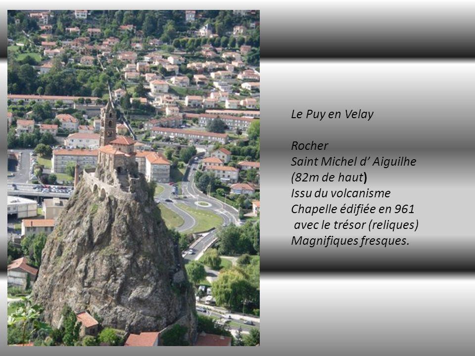 Le Puy en Velay Rocher Saint Michel d' Aiguilhe (82m de haut)