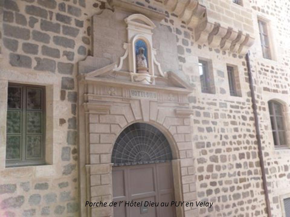 Porche de l' Hôtel Dieu au PUY en Velay