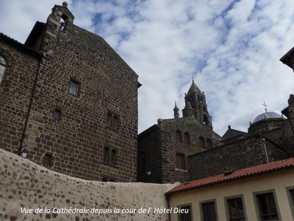 Vue de la Cathédrale depuis la cour de l' Hôtel Dieu