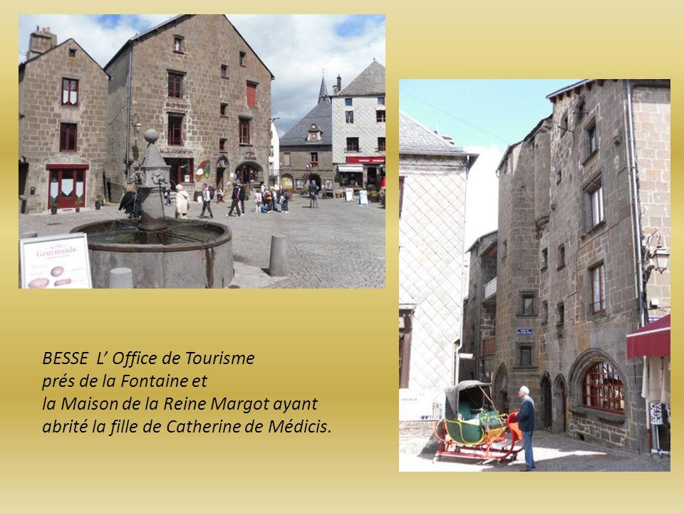 BESSE L' Office de Tourisme prés de la Fontaine et la Maison de la Reine Margot ayant abrité la fille de Catherine de Médicis.