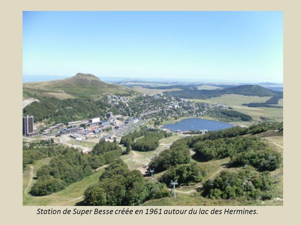Station de Super Besse créée en 1961 autour du lac des Hermines.