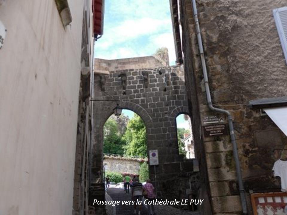 Passage vers la Cathédrale LE PUY